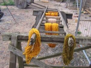 Wollstränge beim Trocknen